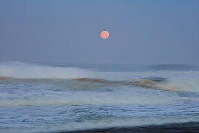 Vollmond über dem Strand von Nazaré - p719m2081951 von Rudi Sebastian