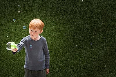 Boy making bubble maker - p924m1480469 by JLPH
