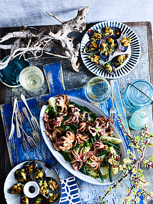 Baked baby octopus and mussels served with white wine - p924m2135627 by BRETT STEVENS
