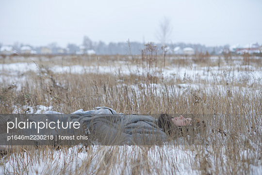 Russia, Young woman in winter clothes in snowy landscape - p1646m2230218 by Slava Chistyakov