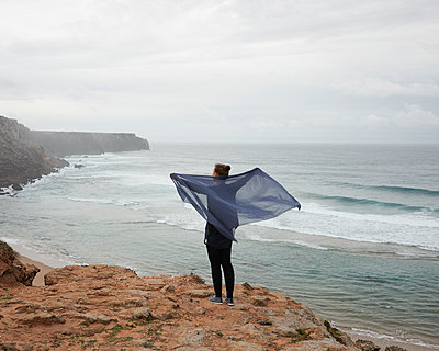 Frau mit Tuch im Wind  - p1124m1112518 von Willing-Holtz