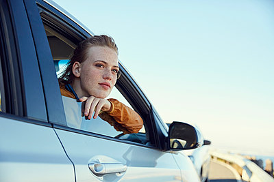Young woman looking out of a car - p300m1460334 by Martina Ferrari