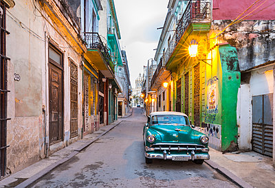 Parked vintage car in empty street, Havana, Cuba - p300m2114379 by hsimages