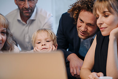 Business team with boy looking at laptop in office - p300m2166778 by Kniel Synnatzschke