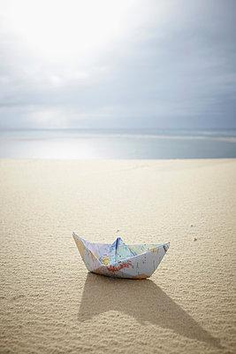 Papierschiff am Strand - p464m877475 von Elektrons 08