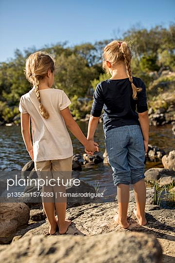 Zwei Mädchen am Seeufer - p1355m1574093 von Tomasrodriguez