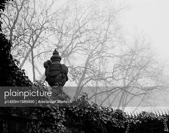 Amphore auf Mauer des Alten St.-Matthäus-Friedhofs - p1493m1589490 von Alexander Mertsch