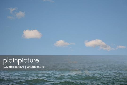 Wolken über dem Meer - p375m1564801 von whatapicture