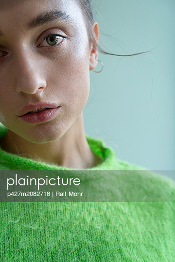 Woman wearing green sweater - p427m2082718 by Ralf Mohr