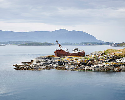 Ship wreck - p1124m933592 by Willing-Holtz