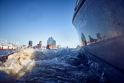 Hamburg cityscape from the waterside - p851m1573515 by Lohfink