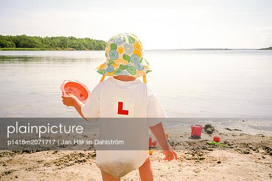 Kleines Mädchen lernt zu Laufen - p1418m2071717 von Jan Håkan Dahlström