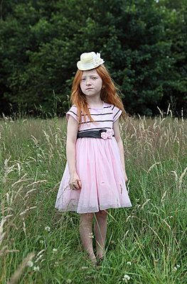 Rothaariges Mädchen auf Wiese - p045m944657 von Jasmin Sander