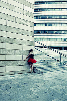Ballerina against modern building - p1445m2125908 by Eugenia Kyriakopoulou