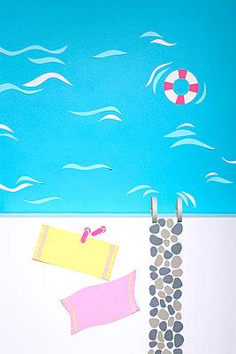 Pool aus Papier - p237m1028355 von Thordis Rüggeberg