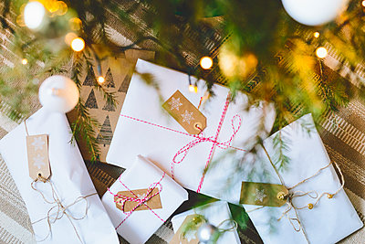 Finland, Wrapped christmas gifts under tree - p352m1350141 by Eija Huhtikorpi