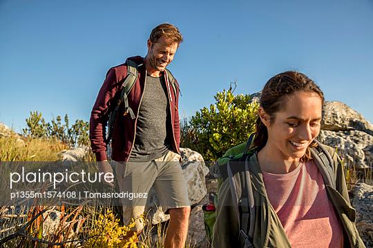 Paar auf einer Bergtour - p1355m1574108 von Tomasrodriguez
