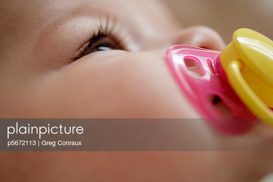 Baby mit Schnuller - p5672113 von Greg Conraux