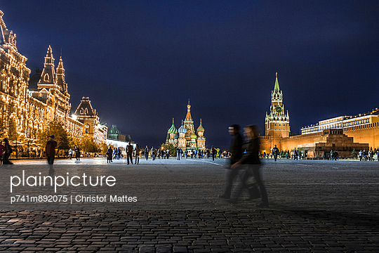 Roter Platz am Abend - p741m892075 von Christof Mattes