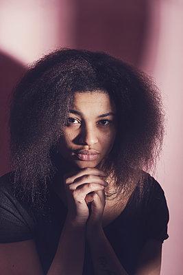 portrait of a young woman - p1323m1573470 von Sarah Toure