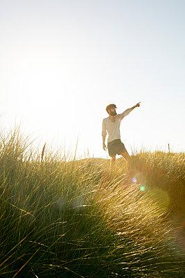 Mann in den Dünen - p1212m1168633 von harry + lidy