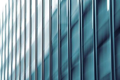 Hochhausfassade - monochrom blau - p235m2160834 von KuS