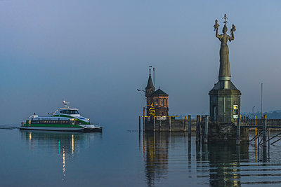 Germany, Baden-Wuerttemberg, Constance, harbor entrance with Christmas illumination, incoming catamaran - p300m1221861 by Kerstin Bittner
