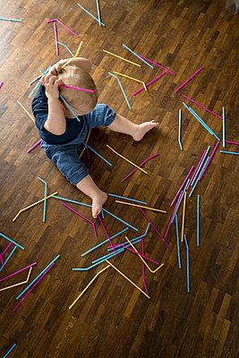 Baby spielt mit Strohhalmen - p427m1462965 von R. Mohr