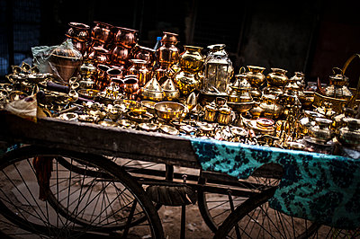 Street barrow with religious items - p1007m1144329 by Tilby Vattard