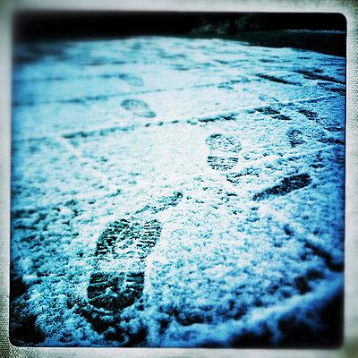 Fußspuren im Schnee - p586m781002 von KNSY Bande