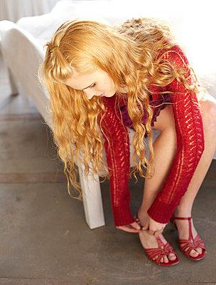 Junge Frau in roten Sandalen - p6060640 von Iris Friedrich