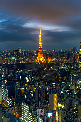 Elevated night view of the city skyline and iconic illuminated Tokyo Tower, Tokyo, Japan, Asia - p871m1499956 by Gavin Hellier