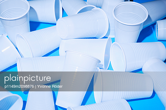 Drinking cups made of plastic - p1149m2098876 by Yvonne Röder