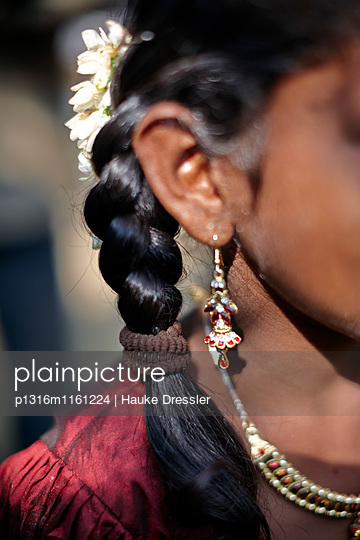 Typische Maedchen Frisur, glaenzend durch Kokosnuss Oel, Sri Vinayakar Tempelfest, jaehrliches Hindufest im Dorf Nadukahni, nordwestlich der Nilgiri Hills , Western Ghats, Tamil Nadu, Indien - p1316m1161224 von Hauke Dressler