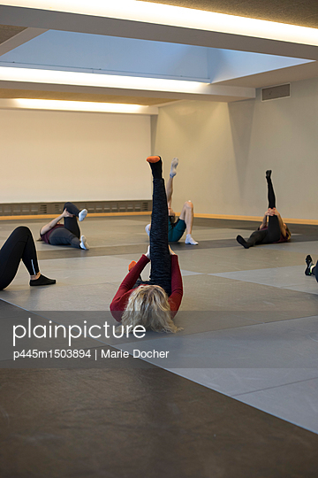 People stretching  - p445m1503894 by Marie Docher