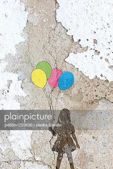 Mädchen mit Luftballons   - p450m1223630 von Hanka Steidle