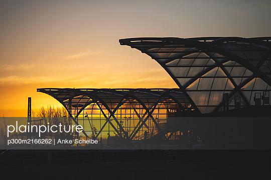 Germany, Hamburg, Silhouette of Elbbrucken station at sunrise - p300m2166262 by Anke Scheibe