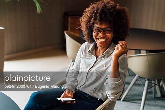Italy, Portrait of smiling businesswoman in creative studio - p924m2300764 by Eugenio Marongiu