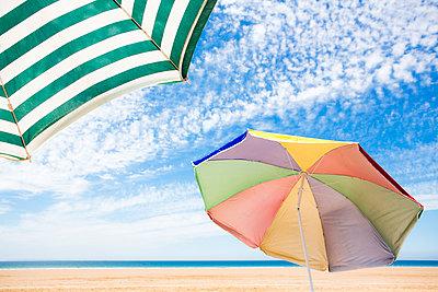 Bunte Sonnenschirme - p1057m1591665 von Stephen Shepherd