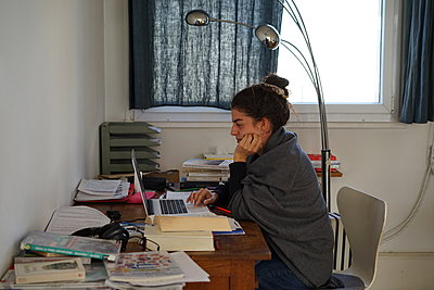 A student working in her house during lockdown in France - p1610m2222748 by myriam tirler