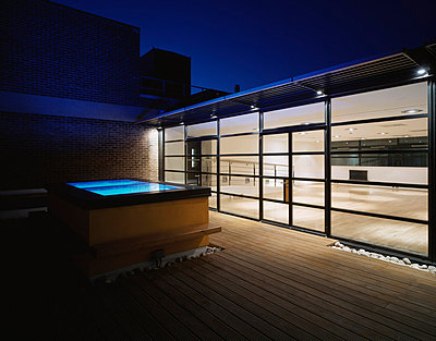 60 Whitfield Street W1, London. Roof terrace with inside view dusk. - p8551407 by Peter Durant