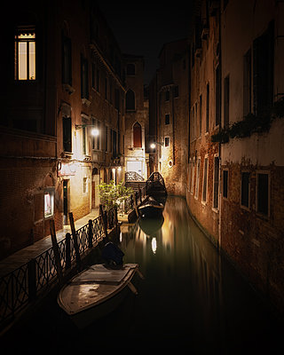 Canal at night in Venice, Italy - p871m2077755 by Karen Deakin