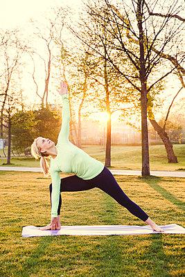 Sportliche Frau - p904m1031328 von Stefanie Päffgen