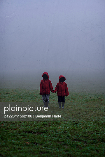 Two ananymous little boys on a misty day - p1228m1562106 by Benjamin Harte