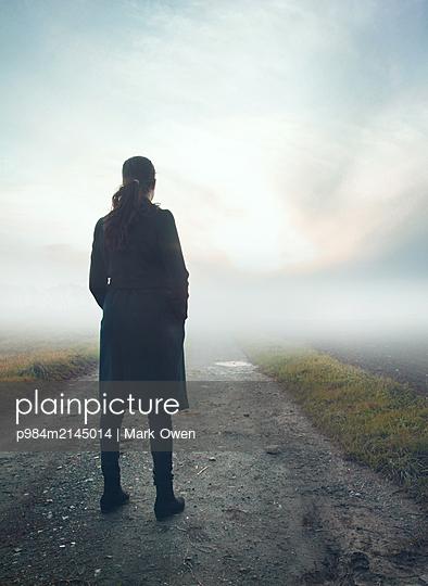 woman leaving - p984m2145014 von Mark Owen