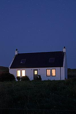 Haus bei Nacht - p1124m1502156 von Willing-Holtz