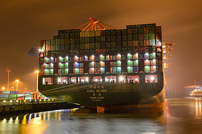 Germany, Hamburg, Container ship Globe at night - p300m991641 by Roy Jankowski