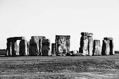 View of Stonehenge against sky, Wiltshire, United Kingdom - p301m1579744 by Michael Mann