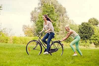Freundinnen mit Fahrrad - p904m932249 von Stefanie Päffgen