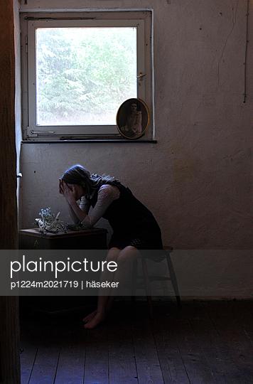 Frau am Fenster 3 - p1224m2021719 von häseker